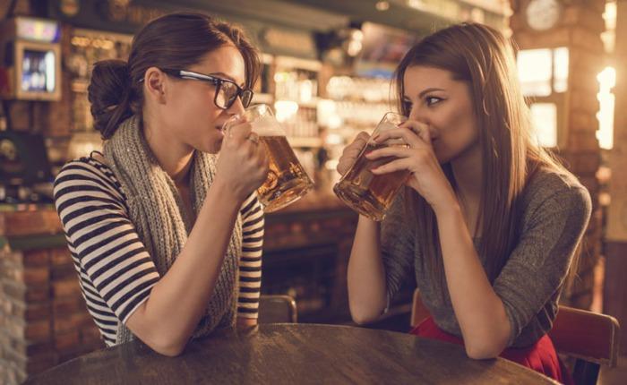 mercado_alimentar_mulher e cerveja